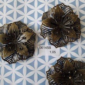 Filigraan bloem 3 lagen 6 bladeren opengewerkt  5 cm per stuk brons