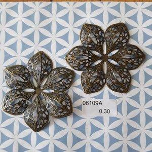 Filigraan bloem 6 punten opengewerkt 6 cm per stuk brons