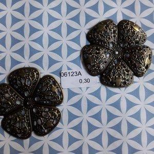 Filigraan bloem bolle bladeren  5 cm per stuk brons