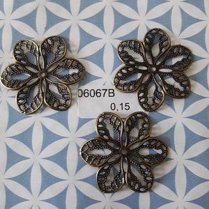 Filigraan bloem klein opengewerkt 3.3 cm per stuk brons